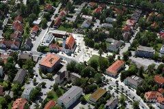 Luftbildaufnahme der Gemeinde Eichenau aus dem Jahr 2007 - Rathaus und Kirche