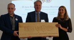 Übergabe Reliefbild 25 Jahre Partnerschaft Wischgorod-Eichenau