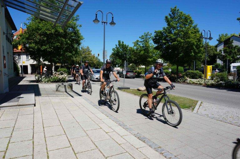 Ankunft Partnerschaftsradltour 2019 Radler vor Rathaus